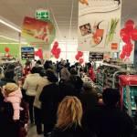 Cumpărătorii au venit în număr mare la deschiderea primului supermarket din Teiuş – Penny