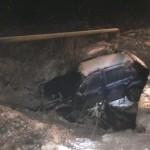 """Un autoturism a """"zburat"""" de pe un podeț la Coșlariu și a distrus o țeavă de gaz"""