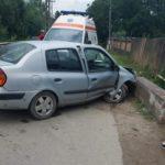 Un autoturism s-a izbit de structura de beton de pe marginea drumului la Galda de Sus, după o explozie la un pneu