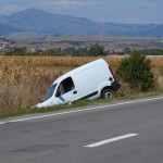 Un șofer care a vrut să acorde prioritate unei ambulanțe a ajuns cu mașina în șanț la Oiejdea