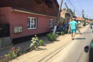 Un autoturism a luat-o pe lângă drum la Teiuș, a lovit zidul unei case și s-a oprit într-un stâlp de electricitate
