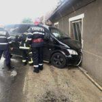 Un auto-transporter s-a izbit de un imobil din Teiuș, după o coliziune cu un autoturism