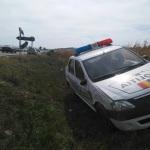 O mașină a poliției din Teiuș a ajuns în șanț după ce a fost lovită de un șofer neatent