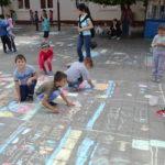"""120 de copii au participat la concursul de desene pe asfalt """"O lume de copii – o lume sigură!"""" organizat la Liceul Teoretic Teiuș"""