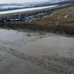 Drumul care leagă Beldiul de Teiuș făcut praf de utilajele grele care lucrează la autostrada Sebeș-Turda