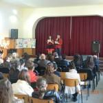 """De """"Francofête"""" elevii Liceului Teoretic din Teiuș au prezentat scenete vesele, paradă de bal mascat, cântece şi dansuri"""