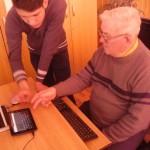 """Bunicii au fost încurajați să utilizeze calculatorul și să acceseze Internetul, în cadrul campaniei """"Hai pe Net!"""" desfășurată la Liceul Teoretic Teiuș"""