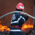 Intervenție a pompierilor militari din Aiud la Teiuș, pentru stingerea unui incendiu izbucnit la un tractor și la anexa gospodărească în care era parcat