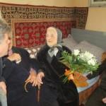 Livia Pop din Teiuş sărbătorită la 100 de ani de primar şi angajaţii din primărie