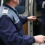 Bărbat de 55 de ani cercetat de polițiști, după ce ar fi sustras mai multe bunuri de uz gospodăresc din curtea unui imobil din Teiuș