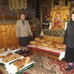 Femeile din Galda de Jos, înveșmântate în negru, duc în Joia Mare pâinea pentru Sfintele Paști, în biserică