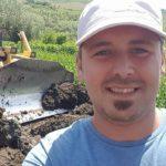 Familia și prietenii îl plâng tânărul din Teiuș care și-a pierdut fulgerător viața, astăzi, într-un accident de muncă pe șantierul Autostrăzii A10 Sebeș – Turda
